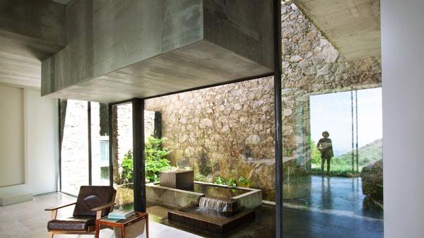 une piscine naturelle pas comme les autres en espagne. Black Bedroom Furniture Sets. Home Design Ideas