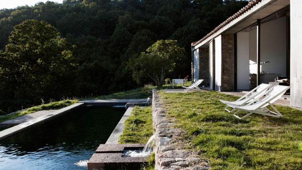 Une piscine naturelle pas comme les autres en espagne for Bache noire jardin