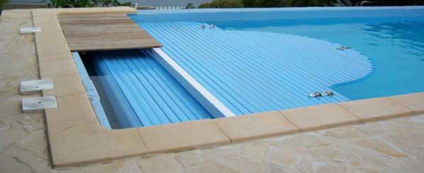 Volet roulant piscine 2 possibilit s for Cout piscine a debordement