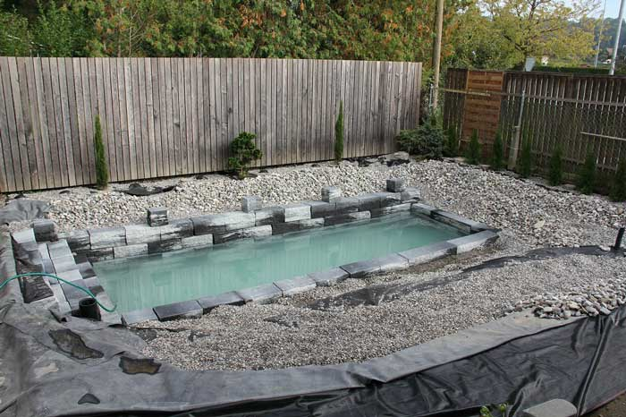Construction d 39 un tang de baignade naturelle en images for Kit estanque jardin