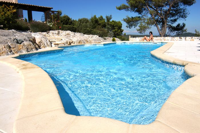 Piscine coque avantages et inconv nients for Budget piscine beton