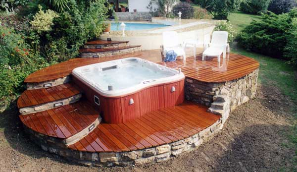 O installer son spa a l 39 int rieur ou l 39 ext rieur for Prix jacuzzi exterieur 4 places