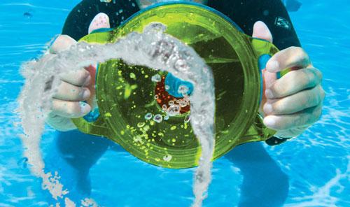 Un pistolet à bulles qui fait des ronds dans l'eau