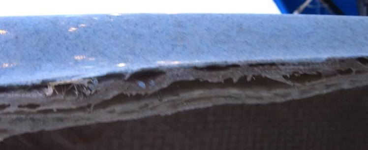Des couches mal superposées (présence d'air, structure mal renforcée, risque d'osmose)
