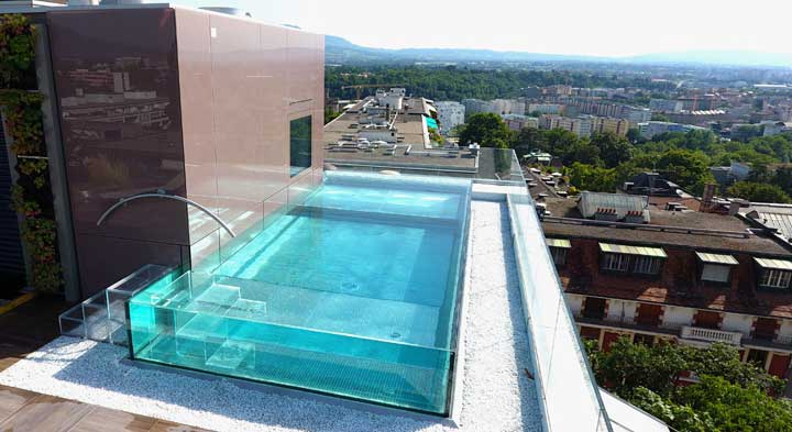 Piscine en verre ou parois de verre effet waouh garanti for Piscine hors sol a debordement