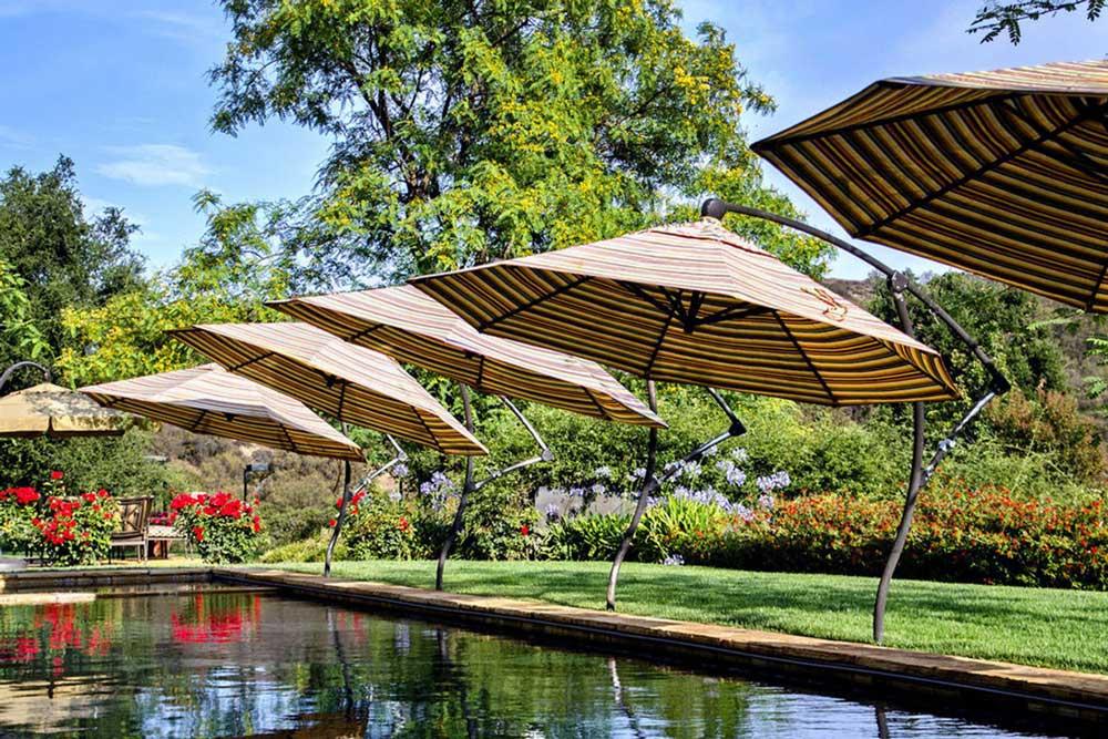 parasols déportes pour piscine
