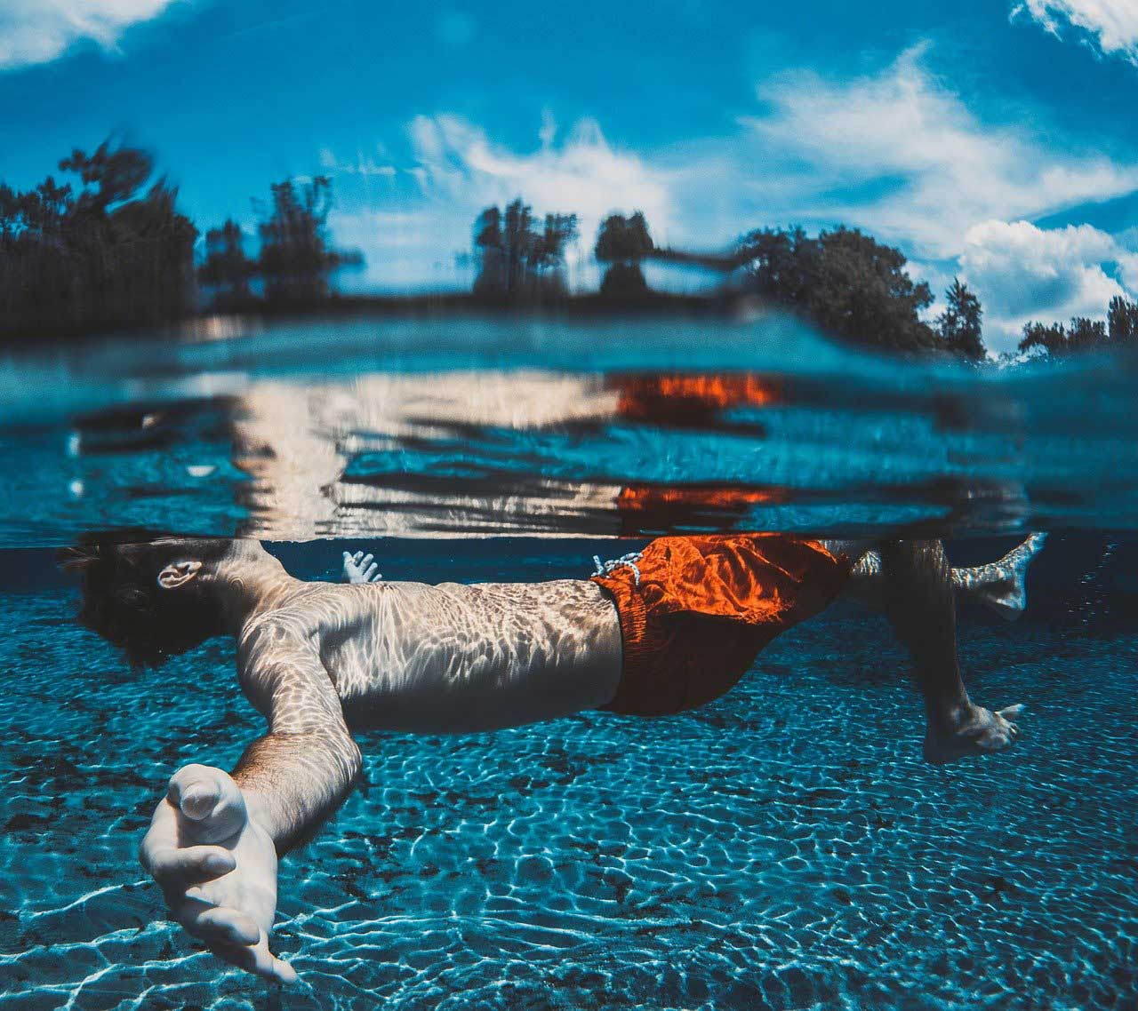 flotter dans l'eau