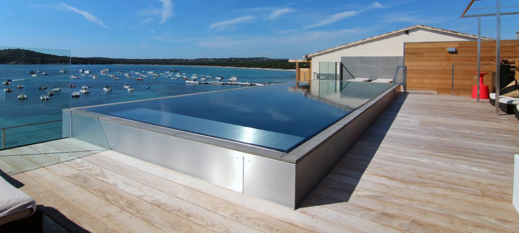 Piscine inox à débordement. Source : Marine Inox